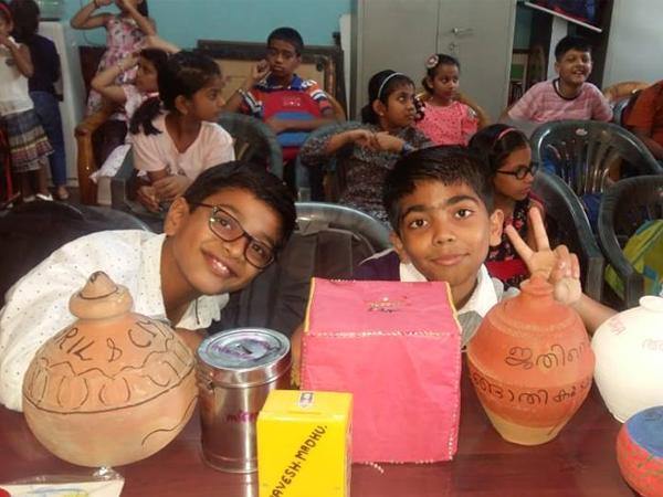 ഡൽഹി ഇന്ദിരപുരം പഠനകേന്ദ്രത്തിലെ കുട്ടികള് ചങ്ങാതിക്കുടുക്കയുമായി